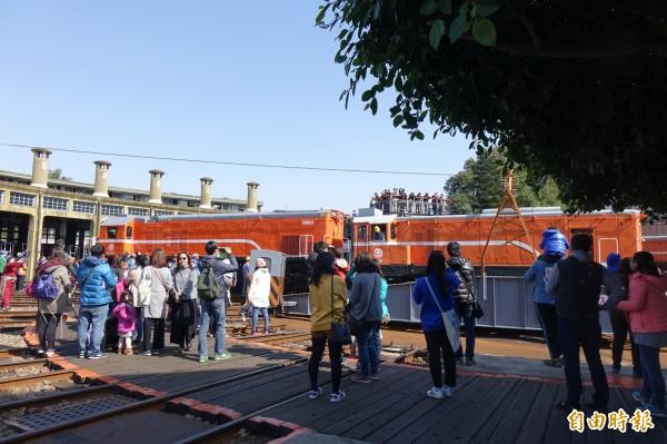 幸運遇上彰化扇形車庫台鐵人員操作調車盤調度火車,全場搶著拍照。(記者劉曉欣攝)