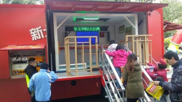消防局開來「地震屋」讓小朋友體驗。(記者陳薏云翻攝)