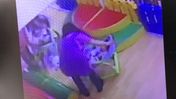 劉太太說,托育人員總是讓她的寶寶獨自坐在安撫椅上,獨自面對鏡子,有影響小孩心理發展之虞。(記者黃美珠翻攝)