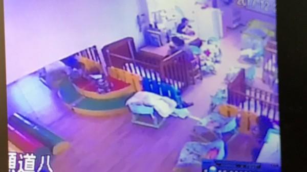 劉太太出示托嬰中心的監視器畫面,指控托育人員在其寶寶安撫椅上放條棉被把奶瓶墊高,隨後就離開,讓其6個月大的兒子獨自喝奶的狀況。(記者黃美珠翻攝)