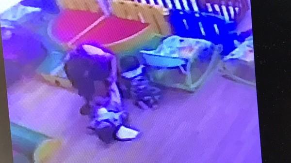 劉太太指責托嬰中心的托育人員替其子(左下)換尿布時動作粗魯。(記者黃美珠翻攝)