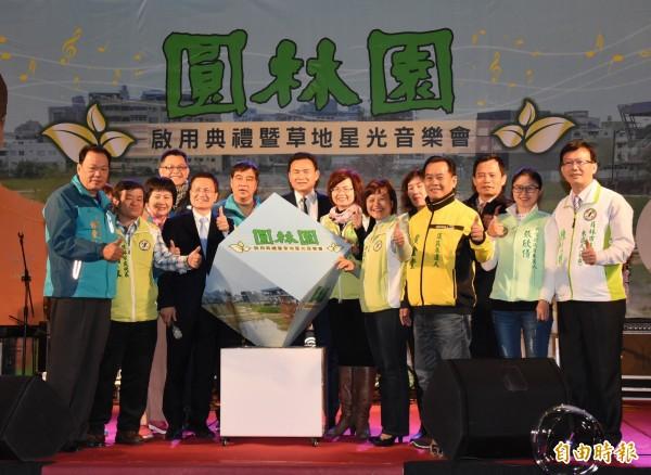 彰化縣長魏明谷(左5)與眾人一起推動圓林園方源柱,宣告啟動。(記者陳冠備攝)
