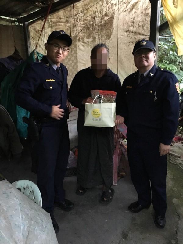警方帶著物資上山,希望劉姓遊民(中)度過寒冬。(記者陳薏云翻攝)