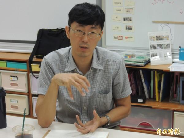 新竹市精神科醫師馬大元從事公益從不會等,只要時間允許,就會到特教班義務入班做個案輔導,並與老師家長針對孩子狀況共同討論並給予意見。(記者洪美秀攝)