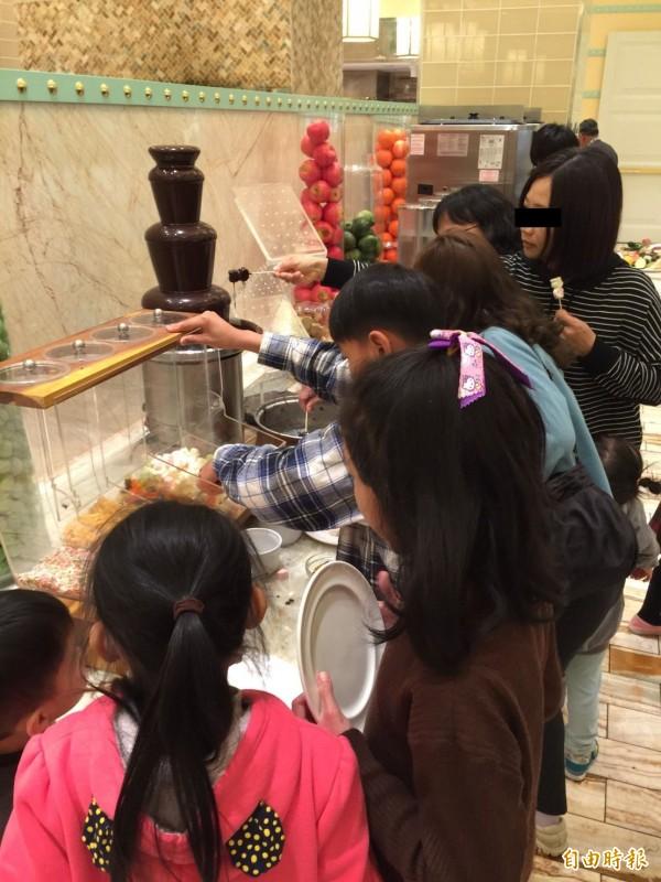 孩童享受自助餐。(記者黃旭磊攝)