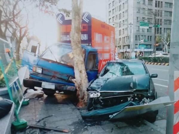 轎車撞到臨停在路邊的小貨車後,2台車都衝上人行道,再撞上路樹。(記者王宣晴翻攝)