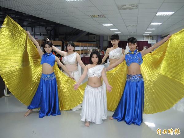 莊敬高職肚皮舞團成員不分男女胖瘦,都能樂在其中。(記者翁聿煌攝)