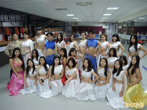 美容科學生發揮專業,將整體造型與舞蹈裝扮結合。(記者翁聿煌攝)