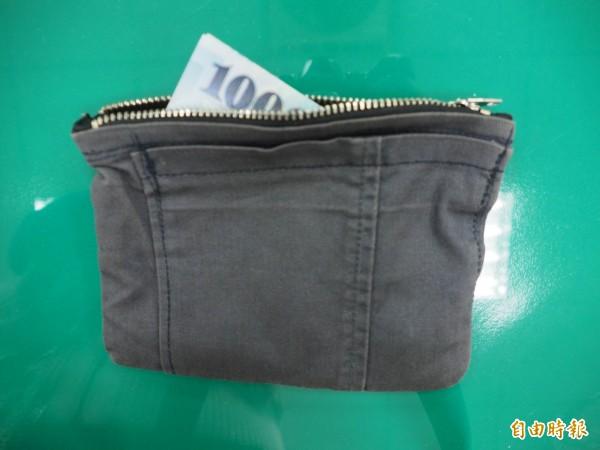 這只灰色牛仔褲製成的錢包是誰的?草屯民眾丟掉錢很少報案,今天一樣是「有人撿到,無人報案」。(記者陳鳳麗攝)