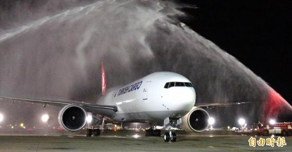 土耳其航空最新交機的波音777全貨機,首航選定飛來台北再轉赴首爾,桃園機場特別安排灑水接風洗塵儀式代表歡迎土航貨機來台。(記者姚介修攝)