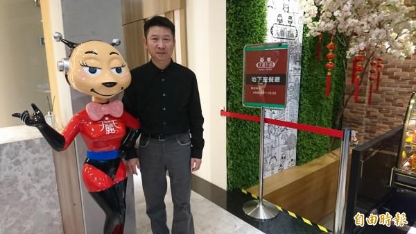 民宿大廳可以看到業者自制的吉祥物。(記者王捷攝)