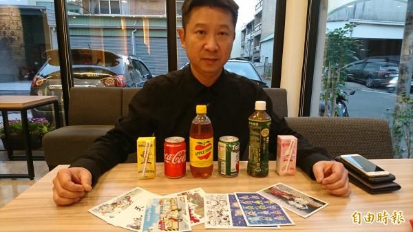 贈品機可以兌換飲料、文創商品、公仔,目前只做了明信片,計畫還沒實行,就被警方認為是賭博。(記者王捷攝)