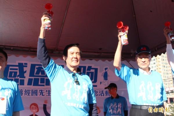 前總統馬英九與國民黨主席吳敦義出席蔣經國逝世30週年路跑鳴槍活動。(記者邱書昱攝)