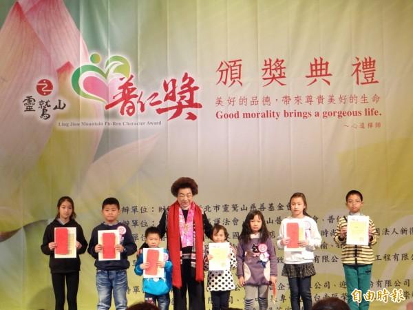 靈鷲山普仁獎台南區有83位國中、小學生獲得,14日頒獎。(記者王俊忠攝)