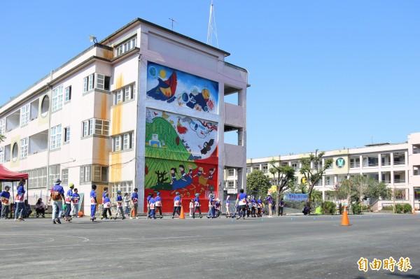 唐榮國小校園東棟校舍超過40年使用年限,又有明顯龜裂,去年8月開始拆除作業,今天迎接面積2000平方公尺的校園新空間。(記者邱芷柔攝)