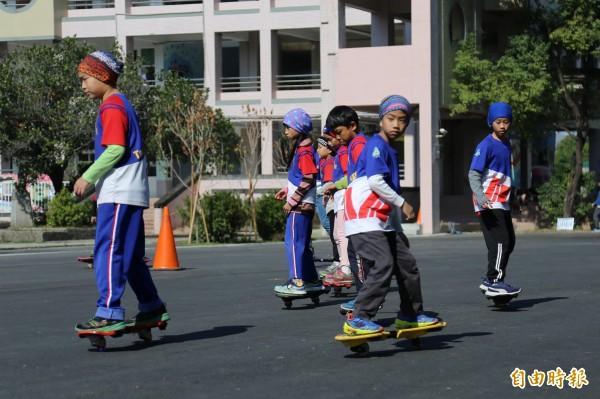 校方特別以小朋友最愛的蛇板和飛盤做為啟用的第1個活動。(記者邱芷柔攝)