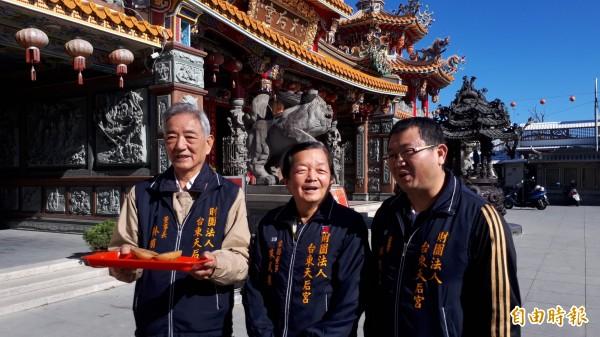 台東市天后宮董事長林有德(左)說明卜杯賽規則,歡迎民眾祈福搏好運。(記者黃明堂攝)