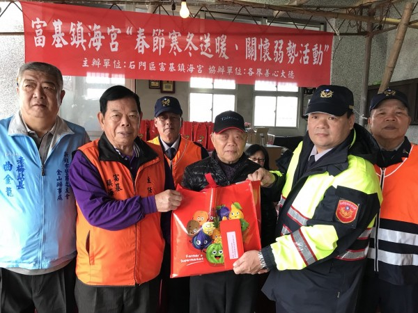 地方人士與警方聯手,將物資送給需要的清寒人士。(記者俞肇福翻攝)