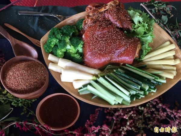 紅藜豬腳搭配紅藜醬汁,加上大量蔬菜。(記者羅欣貞攝)