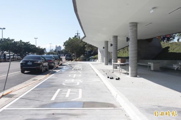 宜蘭縣頭城鎮烏石港轉運站站體已經完工,宜蘭縣政府預估,最快4月份就可啟用。(記者林敬倫攝)