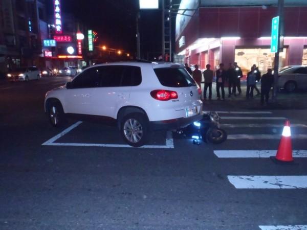 屏市建國路再出車禍,趕吃尾牙的機車騎士撞到休旅車的右後方後送醫不治。(記者葉永騫翻攝)