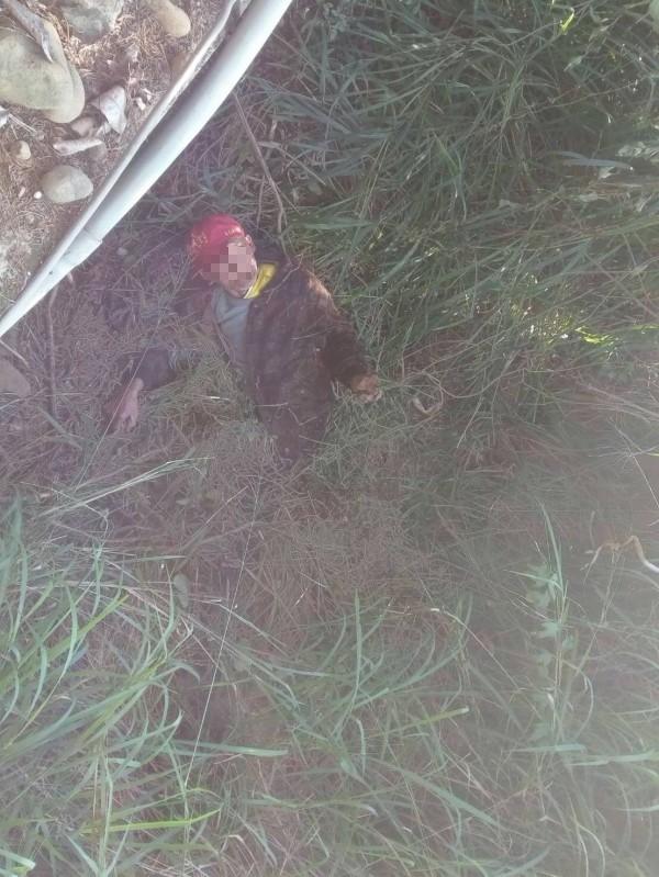劉源春窩在草叢内等待救援,也躲過寒風。(記者顏宏駿翻攝)(記者顏宏駿攝)