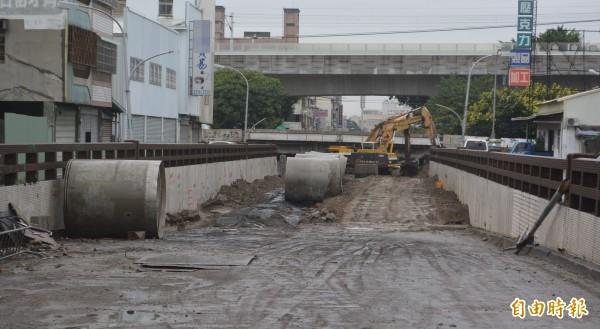 精武路地下道填平工程目前正在施做下水道,鐵工局今天表示,將配合市府規劃,至少提前1個月完工。(記者陳建志攝)