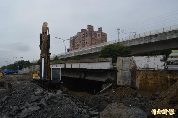 精武路地下道填平工程,除回填還要施做綠川引流、下水道,並拆除東光路橋,鐵工局表示因工程繁複時間才會拉長。(記者陳建志攝)