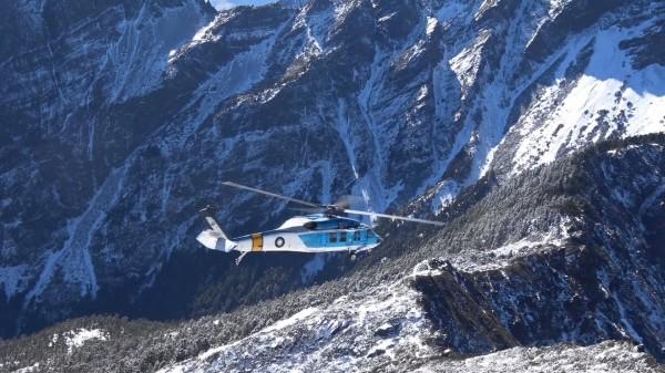 空軍海鷗救護隊出動S-70C直升機前往玉山北峰執行高山雪地搜救訓練。(空軍嘉義基地提供)