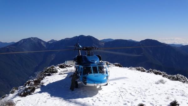 海鷗救護隊直升機降落海拔3585公尺的玉山北峰。(空軍嘉義基地提供)