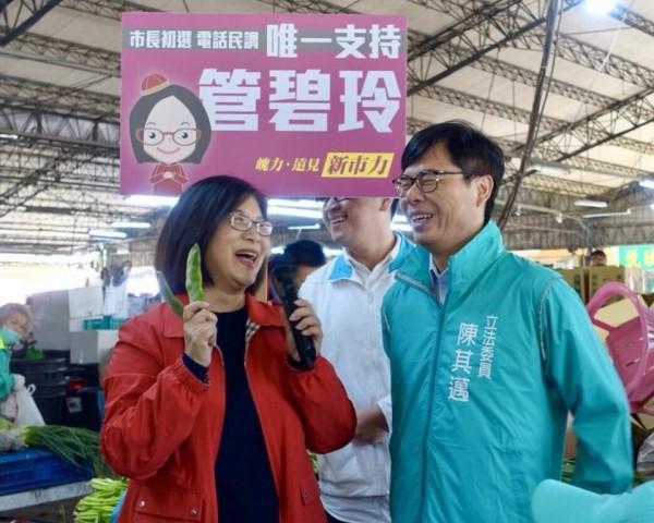 管媽菜市仔拜票強碰陳其邁,拿起皇帝豆詢問陳說:「這是什麼豆?」(擷取自管碧玲臉書)