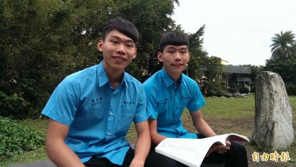 國立台灣海洋大學商船系特殊選才日前放榜,國立基隆高中雙胞胎兄弟楊東霖(左)是正取第2名、弟弟楊東翰(右)是備取第1名;哥哥楊東霖鼓勵弟弟要再接再厲拚繁星與申請入學,哥哥要跟弟弟繼續當同學。(記者俞肇福攝)