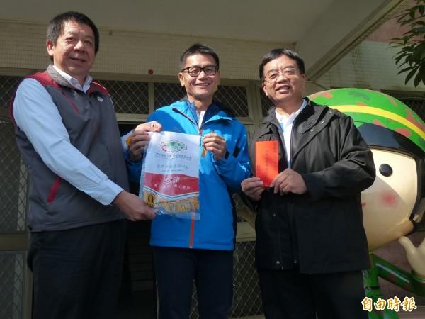 「舒跑哥」詹益榮(中)捐出路跑公益款,由金門家扶中心主任李桂平(左)代表接受。(記者吳正庭攝)