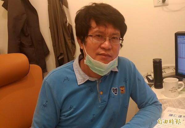 眼科診所醫師陳仁達提醒民眾空氣不好時盡量少出門。(記者廖淑玲攝)
