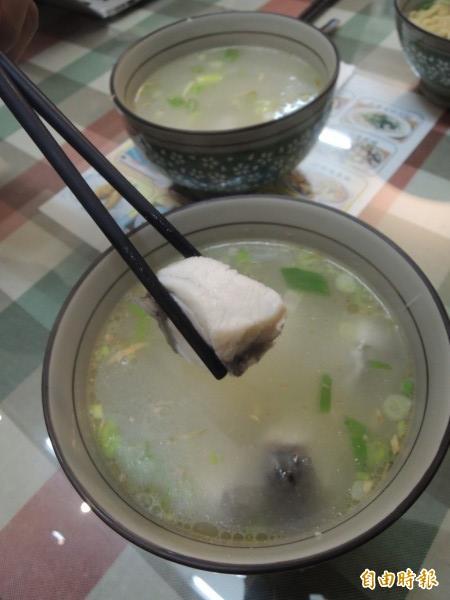 新鮮鱸魚煮湯,是「台南鮮魚湯」招牌菜之一。(記者周敏鴻攝)