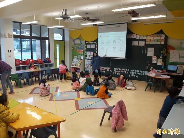 幼兒園為了保暖,上課時通常門窗緊閉。(記者陳昀攝)