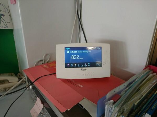儀器會自動監測室內二氧化碳濃度,並顯示數據監測結果及警示訊號。(環保局提供)(記者陳昀攝)