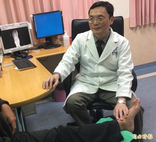 整形外科醫師郭耀仁提醒民眾傷口久不癒合,應先排除癌變。(記者方志賢攝)