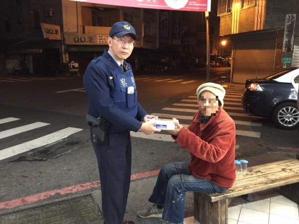 市警五分局開元所長莊文輝,買了便當給無家可歸的郭男。(記者王捷翻攝)