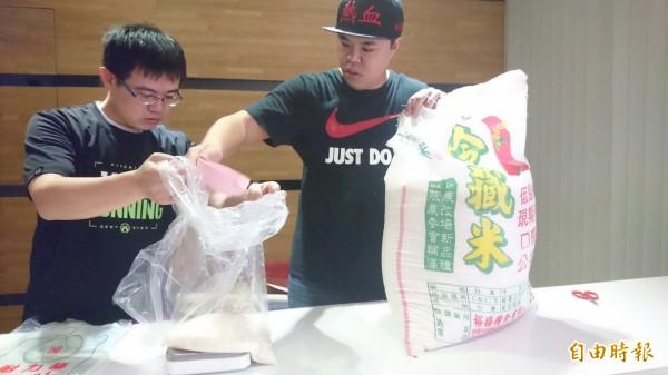 劉得青和夥伴一起分裝物資,準備送給參加辦桌圍爐的弱勢民眾。(記者劉婉君攝)
