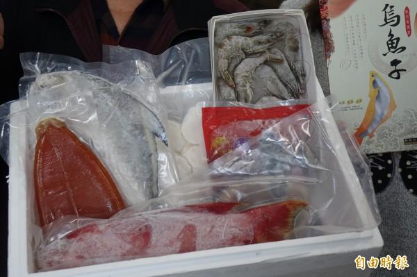 彰化區漁會春節檔期的特級禮盒,今年派出「冠軍烏魚子」打頭陣,還加碼送白蝦。(記者劉曉欣攝)