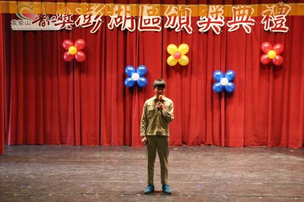 就讀湖西國中九年級的許明菲,獲得靈鳩山慈善基金會普仁獎。(靈鳩山佛教教團提供)
