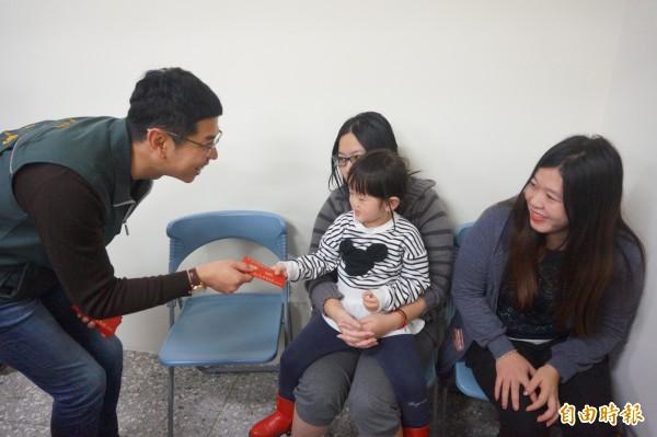 台中市民政局長周永鴻發放小紅包給新住民及小朋友。(記者歐素美攝)