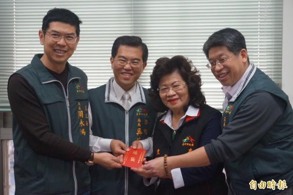 民政局長周永鴻(左)到大雅區調解委員會發放小紅包。(記者歐素美攝)