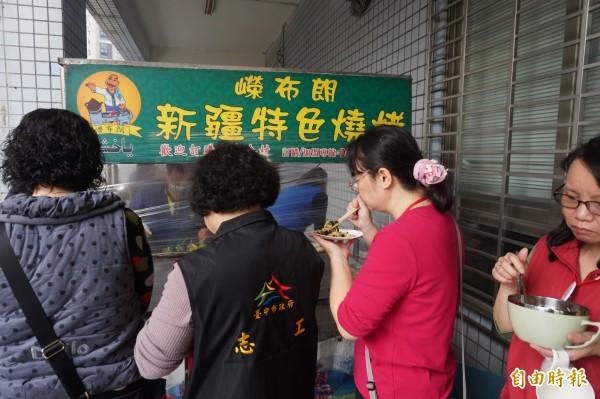 大雅區調解委員會主席楊素真請來業者現場烤肉,供大雅區新住民及志工等享用。(記者歐素美攝)