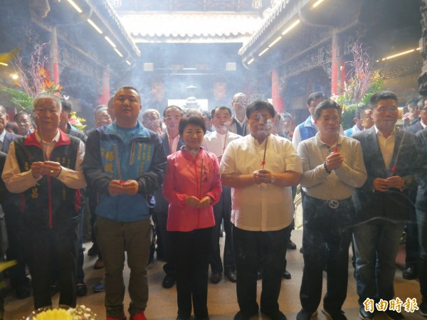 盧秀燕(左三)至大甲鎮瀾宮參拜。(記者張軒哲攝)