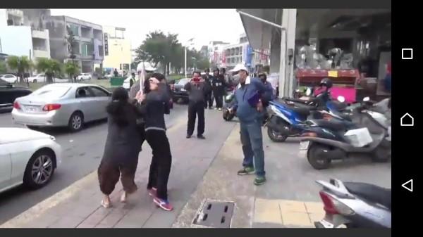 正義大嬸持雨傘猛K假歹徒(記者葉永騫翻攝)