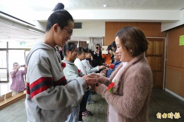 受獎學生在會中也奉茶家人、老師,感謝主要照顧者辛苦扶養自己長大。(記者王秀亭攝)