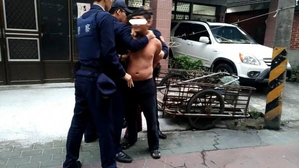 警方將賴男壓制結束一場虛驚。(民眾提供)