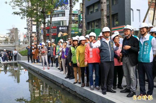 台中市長林佳龍(右4)視察綠川工程。(記者張菁雅攝)